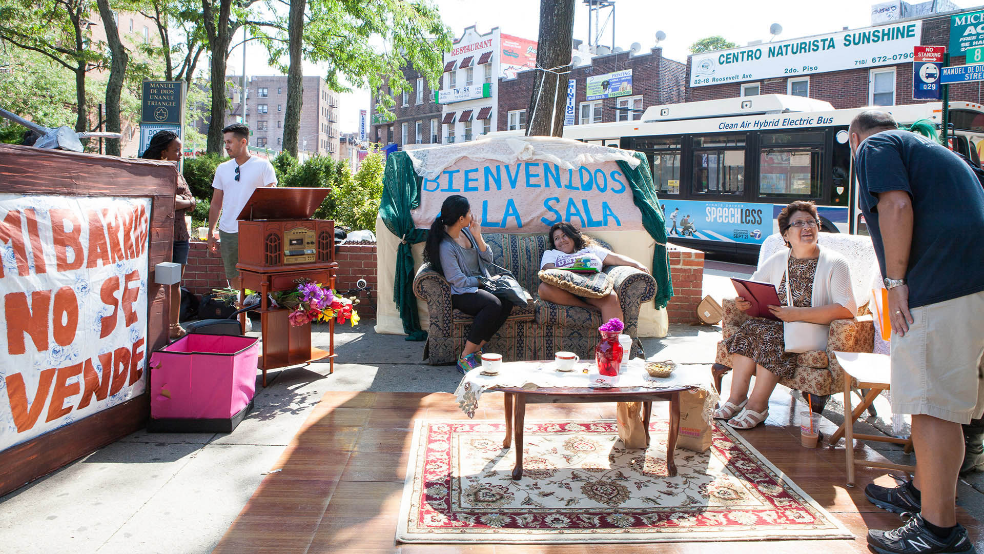 A Living Room on Roosevelt / A Collaborative Project between Ro Garrido and Queens Neighborhoods United / A Commissioned Project by the Laundromat Project